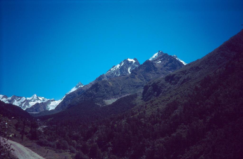 szczyty Czegetkara (3667) i Pik Germagenowa (3993), z tyłu wyłania się Dżantugan (3991) a z lewej Czegettau (4102) i Trapecia (3740).
