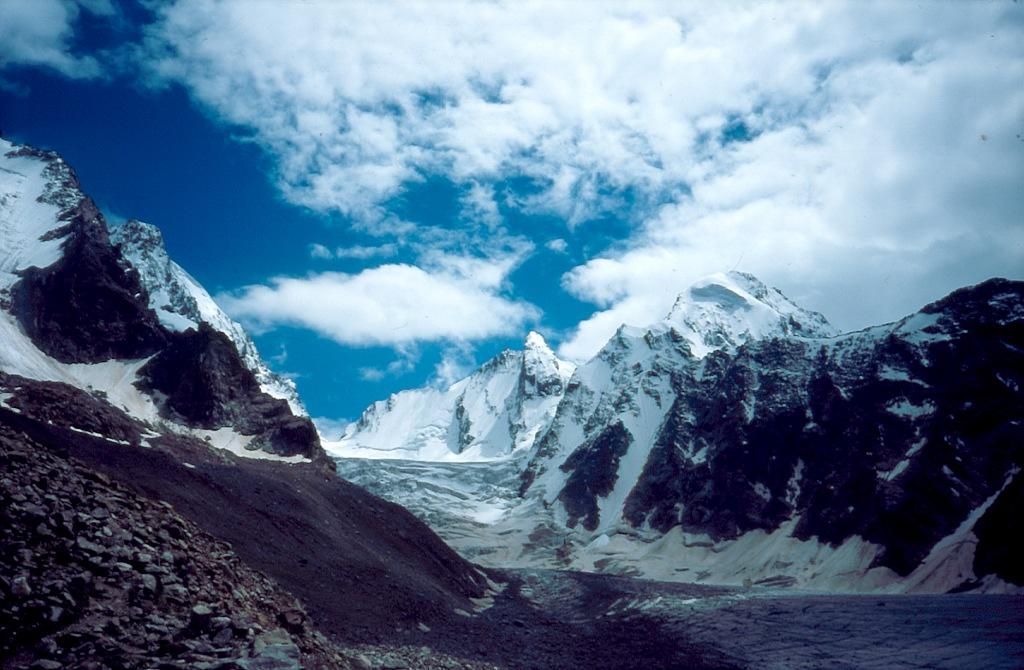 lodowiec Kaszka Tasz. W centrum Pik Wolnej Ispanii (4200) a z prawej Bżeduch (4270)