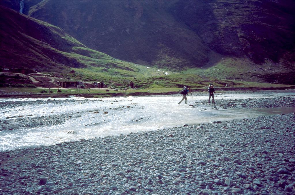 Przekraczanie rzeki na Kaukazie