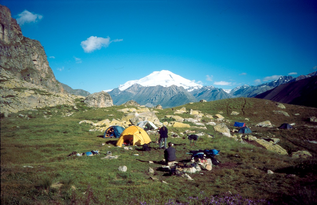 """biwak przy Turich Ozierach. Biwak okazał się bardzo widokowy. Widok na Elbrus (5642) """"przez"""" dolinę Adył Su"""