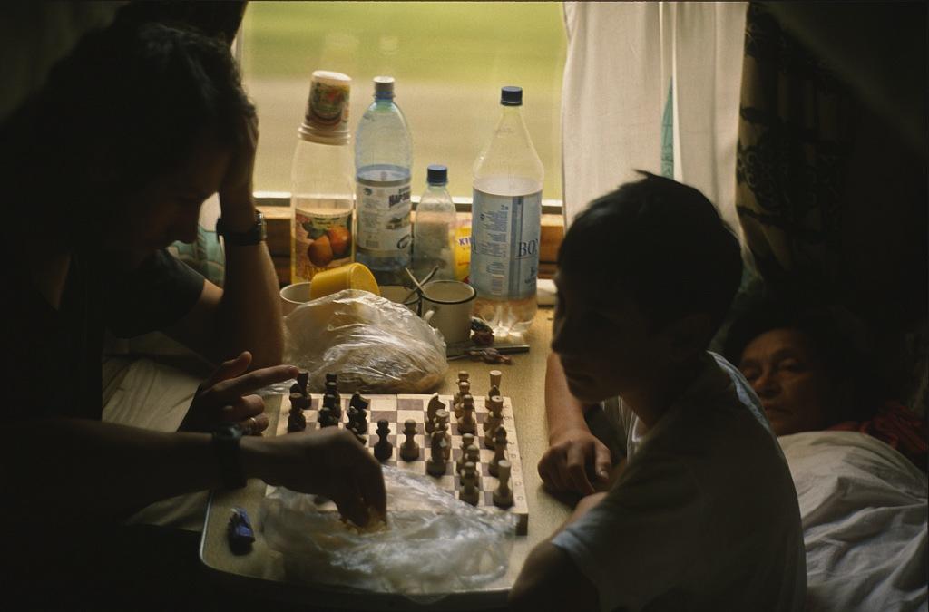 Gra w szachy w rosyjskim pociągu