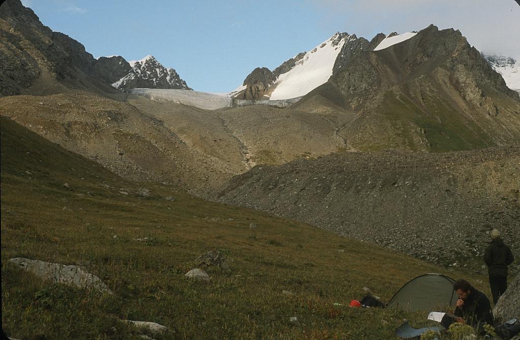 przełęcz Dżety Oguz (Dzhetyoguz), z lewej pik Uborewicza