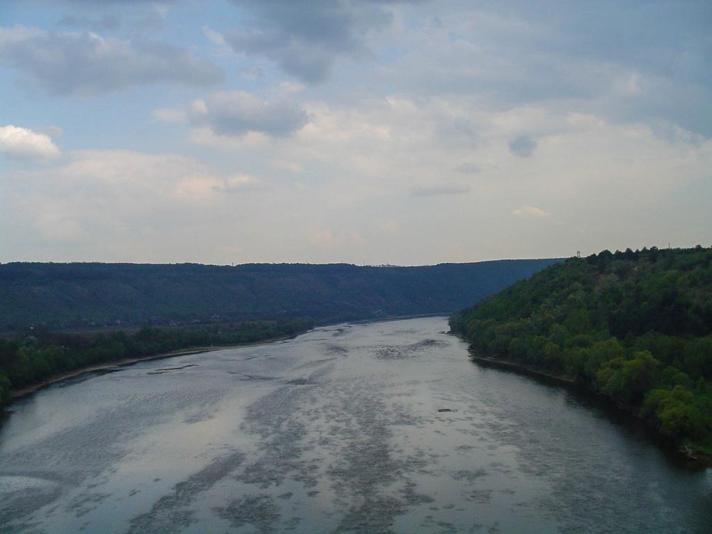 Przejeżdzamy Dniestr przekraczając granicę pomiędzy Pokuciem a Podolem. Dniestr tworzy w tum miejscu głęboki kanion. Różnica poziomów z prawie płaską wysoczyzną po obu stronach rzeki dochodzi do 150 m.