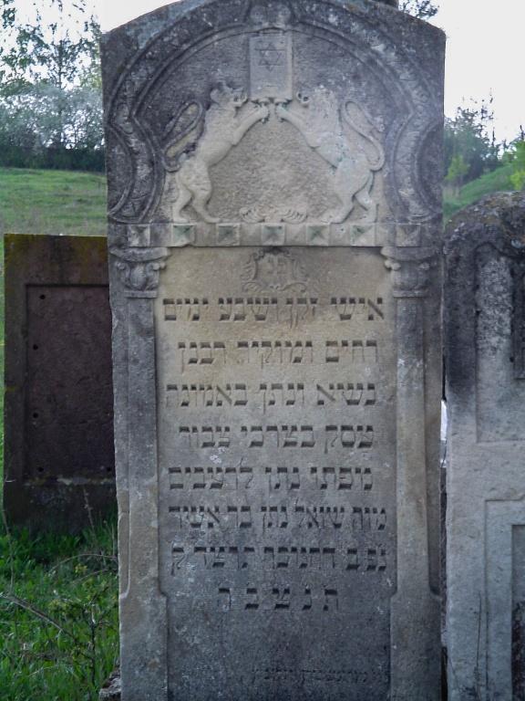 W roku 1943 w kilku pogromach zginęła większość zgromadzonej w miasteczku ludności żydowskiej. Tłuste było jednym z kilku miasteczek we wschoniej Galicji w której zezwolono na przebywanie żydów po 1942 roku dlatego zgromadziło się ich tutaj ponad 10 tyś.