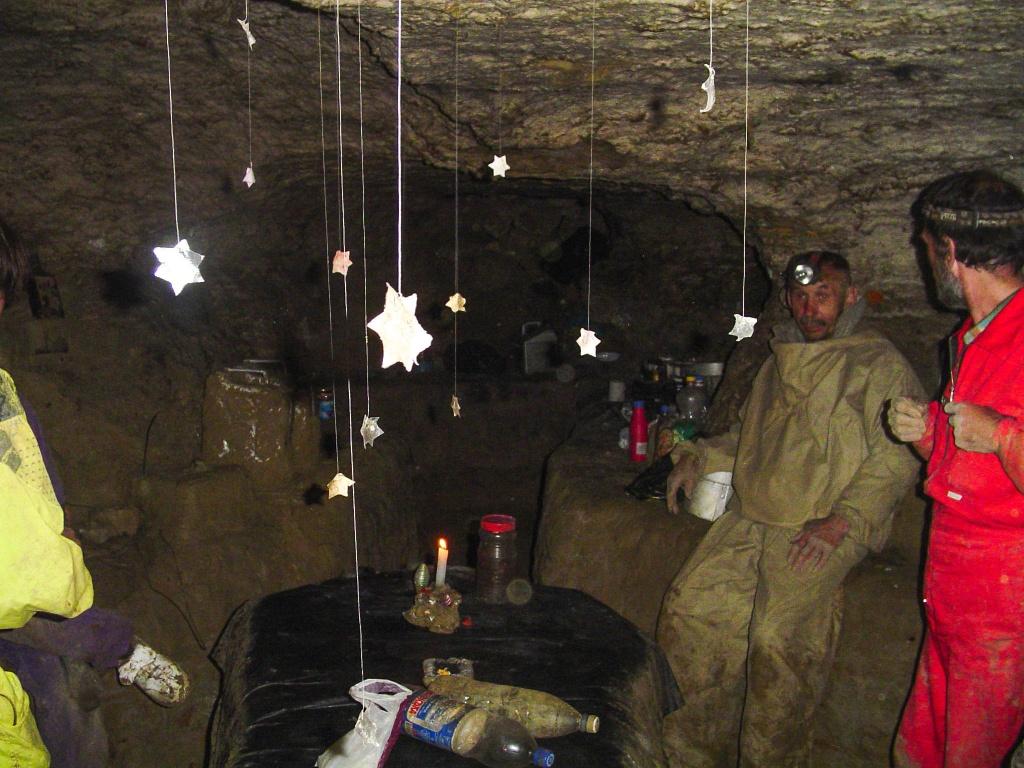 Biegnąc(!) za prowadzącym przewodnikiem docieramy do jednego z biwaków eksploracyjnych w jaskini.
