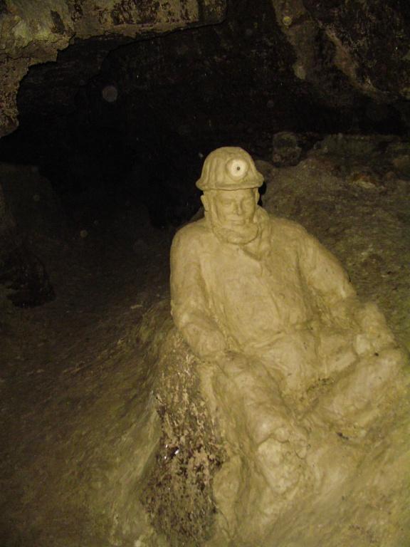 W jaskini znajduje się całkiem pokaźna galeria rzeźb stworzonych z gliny.