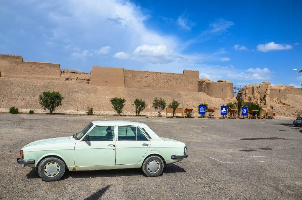 Iran samochód Paykan (strzała) i Arg-e-Bam (cytadela w Bam