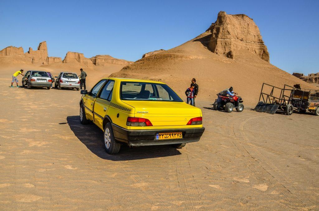 """Dojeżdżamy do tzw. Kaluts czyli """"skalnych zamków"""" na pustyni."""