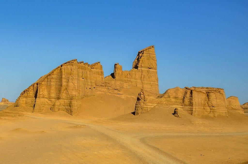 W geologi formy takie nazywane są jardangami.