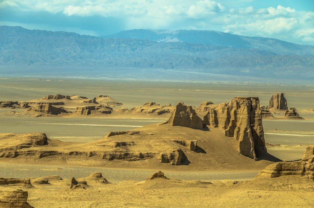 Jardangi na pustyni Daszt-e Lut Kaluts