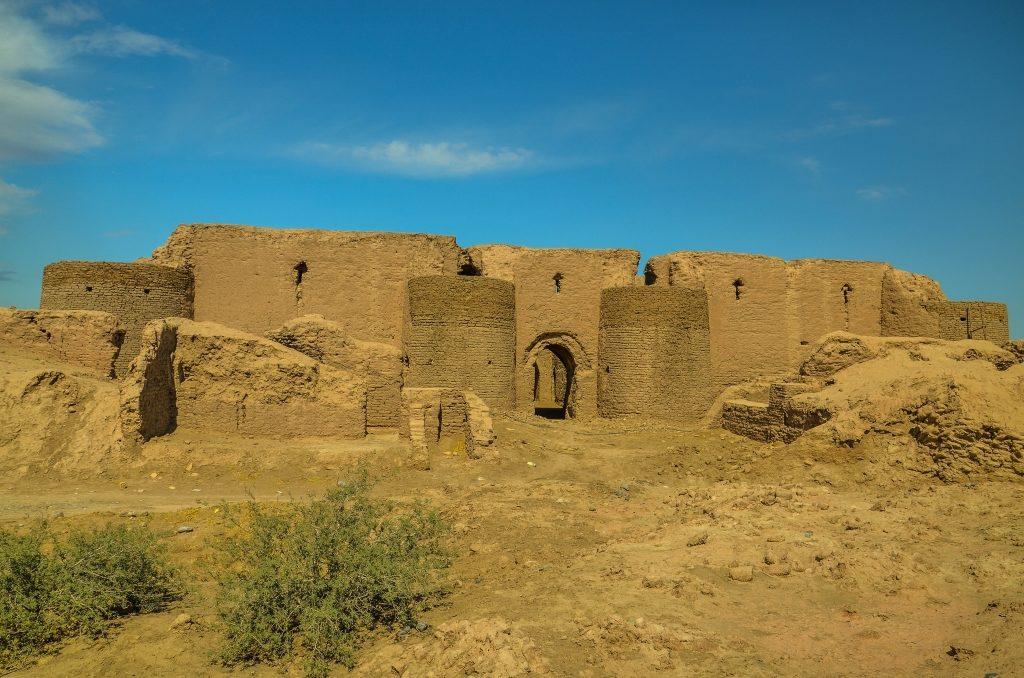 Budynek ma ewidentnie obronny charakter, ale czy służył jako zajazd dla karawan czy są to może koszary, trudno powiedzieć.