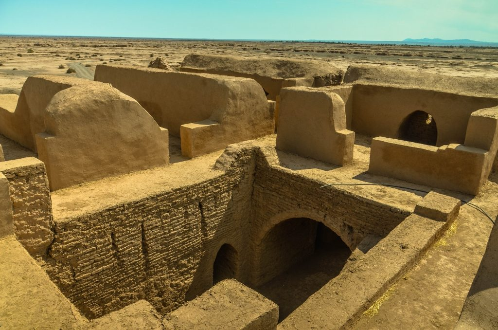 Widać, że budynek jest właśnie odnawiany. Niedaleko znajduje się miasteczko Shahdad. Miejsce zamieszkałe co najmniej od wczesnej epoki brązu. U podnóża gór na skraju pustyni przechodził niegdyś szlak karawan