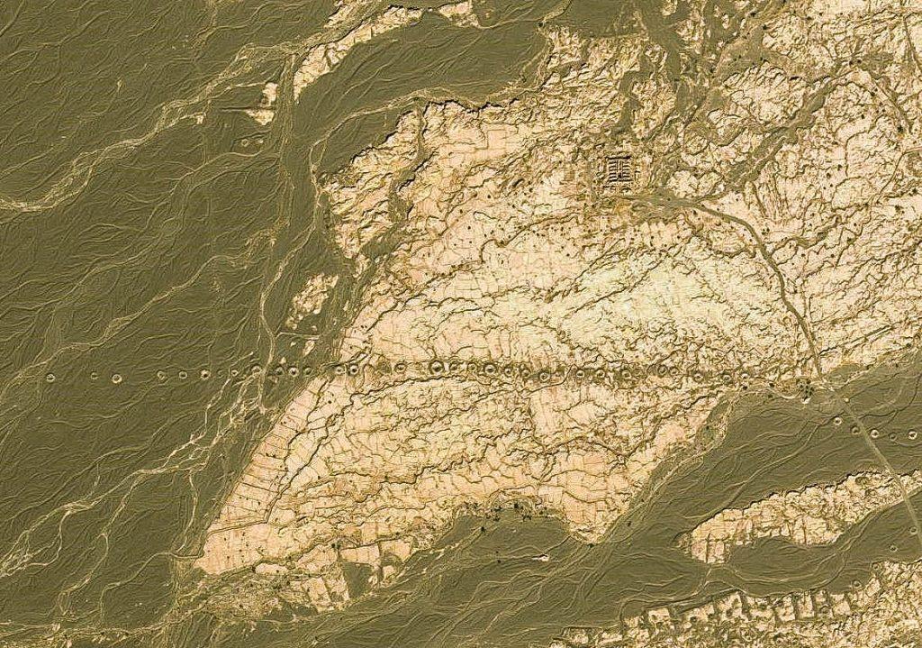 Na zdjęciu satelitarnym wyraźnie widać pionowe kanały dostępowe łączące się z poziomym tunelem, którym płynie woda. Tunel ten powinien mieć określony spadek by zapewnić laminarny przepływ wody, a jednocześnie uniemożliwiać powstawanie turbulencji skutkujących erozją kanału. Najdłuższy kanał w okolicach Kermanu ma ok. 70 km. Natomiast ich głębokość może dochodzić do ponad 200 m.