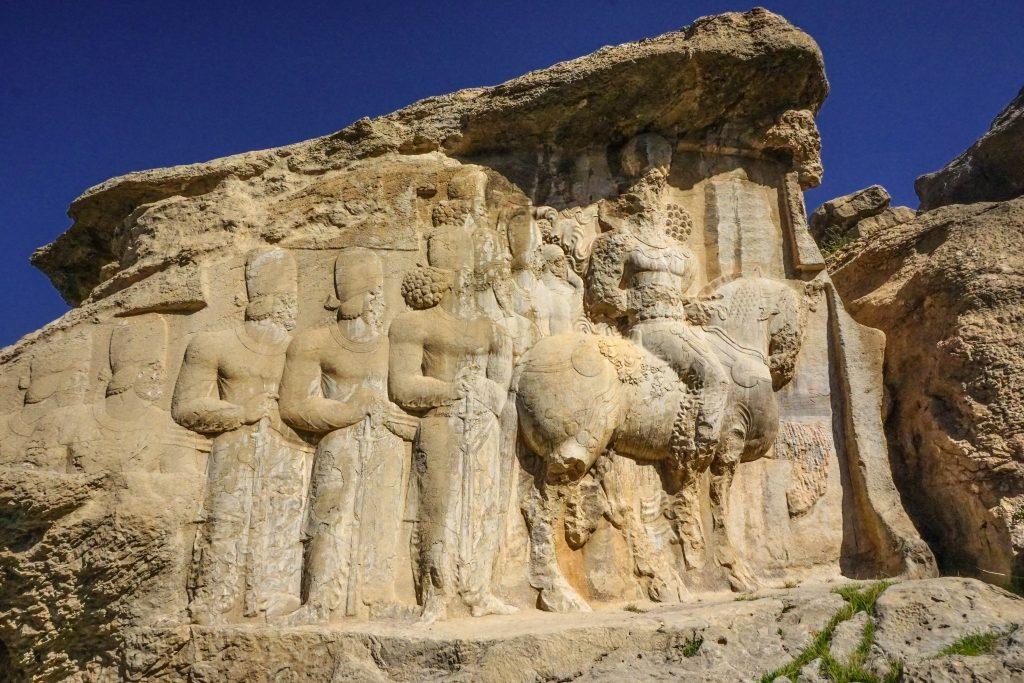 Paręnaście kilometrów od Persepolis znajdują się jeszcze dwa ciekawe miejsca: Naghsz-e Rostam z grobowcami Achamenidów oraz Naghsz-e Radżab z płaskorzeźbami i inskrypcjami wykutymi w skale. Na zdjęciu orszak króla Szapura