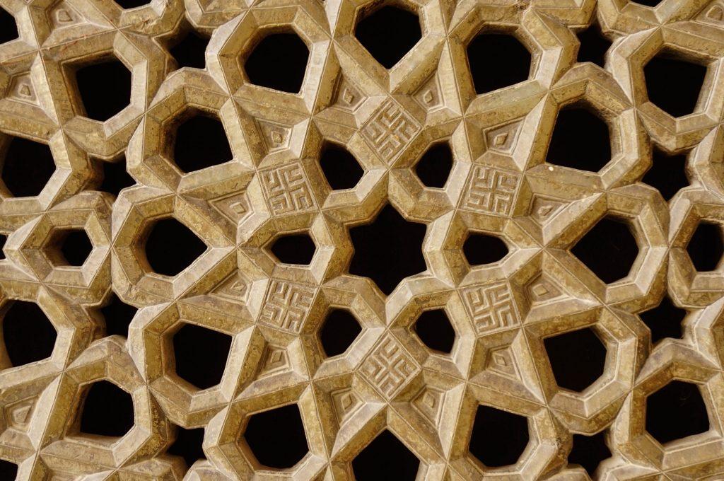 Swastyka była i jest w Azji popularnym symbolem szczęścia. W Polsce do II wojny światowej swastyka nazywana swargą była popularna szczególnie na Podhalu.