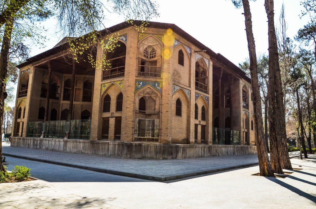 Wokół centrum usytuowanych jest parę charakterystycznych dla Iranu ogrodów z pałacami. Na zdjęciu pałac Haszt Behesz