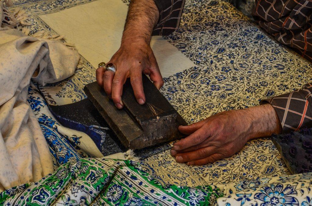 Polega ona na odbijaniu drewnianych pieczęci ze wzorem moczonych w barwniku