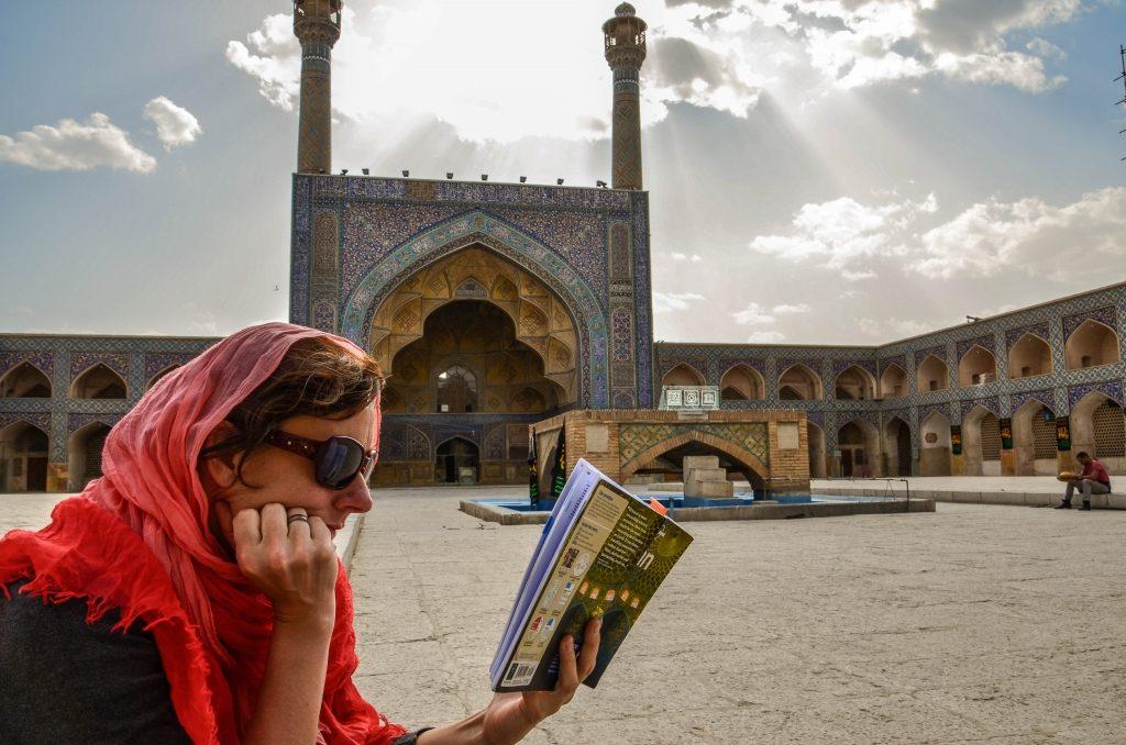 Na końcu bazaru znajduje się jeden z najstarszych a zarazem największy meczet w Iranie – Majsed-e Jameh (meczet Piątkowy)