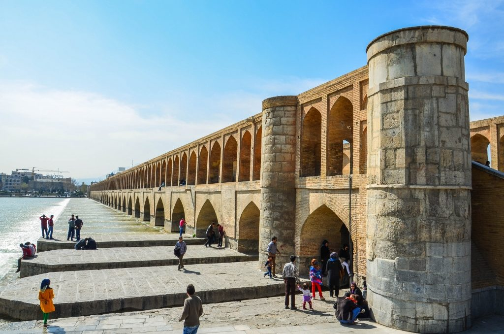 Na rzece Zayanderud przepływającej przez Isfahan znajduje się pięć mostów wybudowanych w epoce Safawidów. Jednym z nich jest Si-o-seh Pol.
