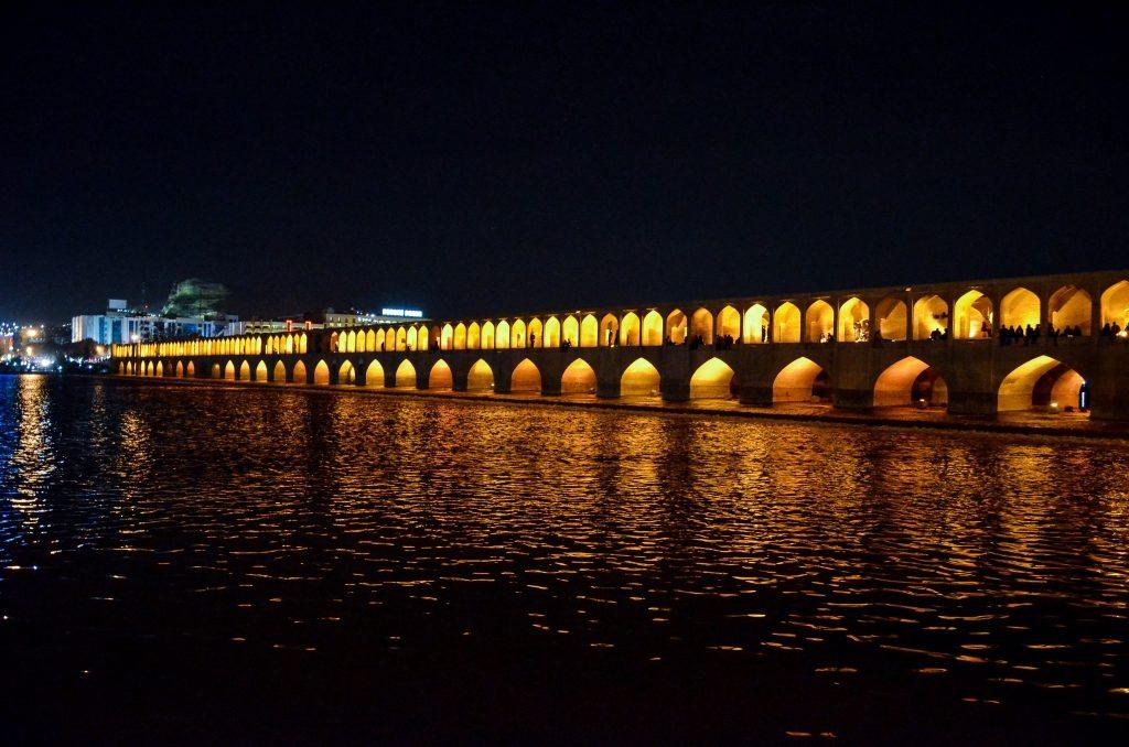 Most Si-o-seh Pol (33 przęseł) nocą.