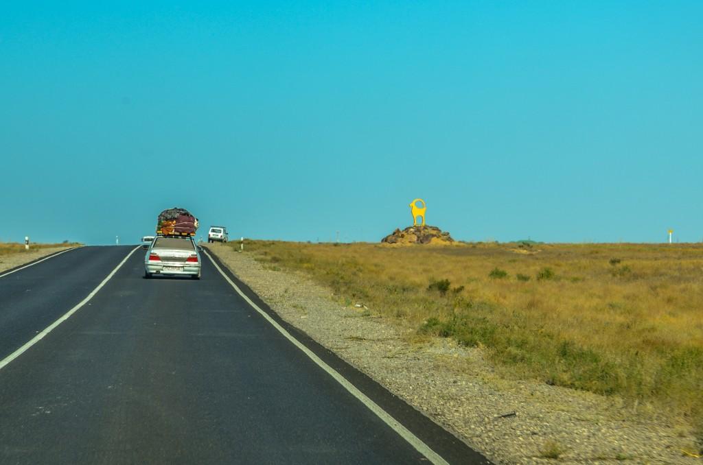 """Za Atyrau zaczyna się nowy równy asfalt. Przybywa też charakterystycznych samochodów na uzbeckich blachach z wielkimi upchanymi """"tobołami"""" na dachu. To gastarbajterzy wracający po sezonie robót z Rosji do Uzbekistanu."""