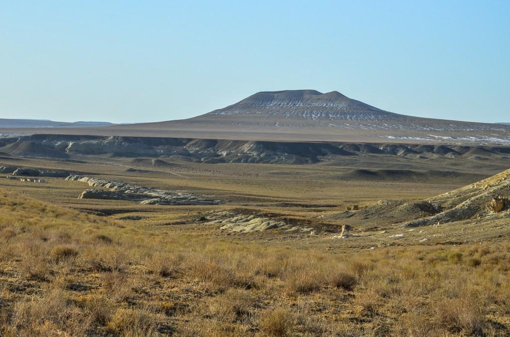 Prawdopodobnie u podnóża Szerkali przebiegała jedna z odnóg Jedwabnego Szlaku – do podboju przez mongołów transportowano tutaj towary karawanowymi szlakami z Azji Środkowej na wybrzeże Morza Kaspijskiego gdzie były przeładowywane na statki przeprawiające się na zachodnie jego brzegi lub dalej w górę Wołgi.