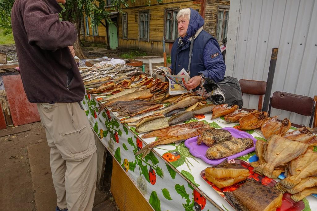 wędzone ryby na bazarze w rosji