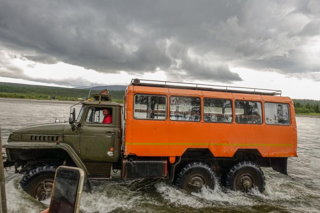 przejazd przez bród na rzece Kożym w górach Ural