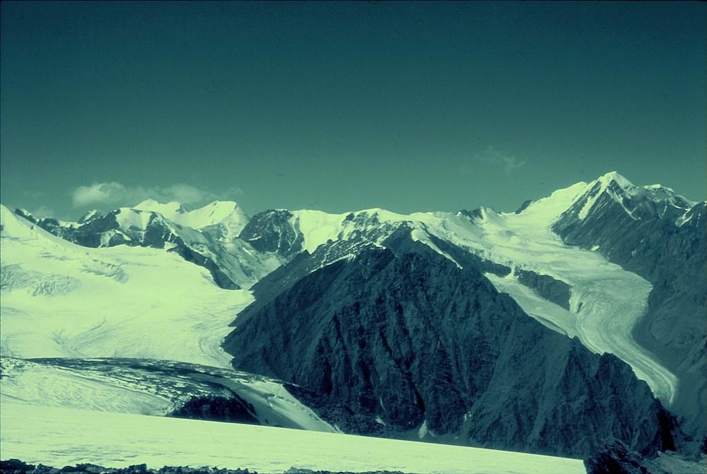 Widok na lodowiec Bolszoj Aktru i szczyt Aktru (Актру)