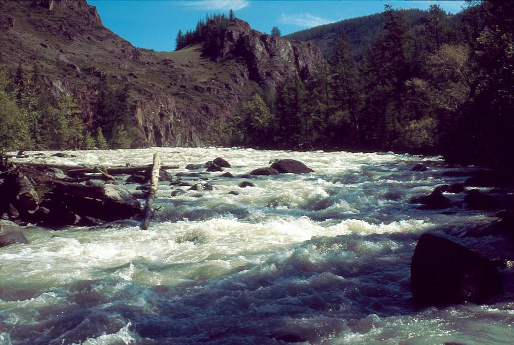 Rzeka Czuja w tym miejscu tworzy tzw. Mażojskie kaskady
