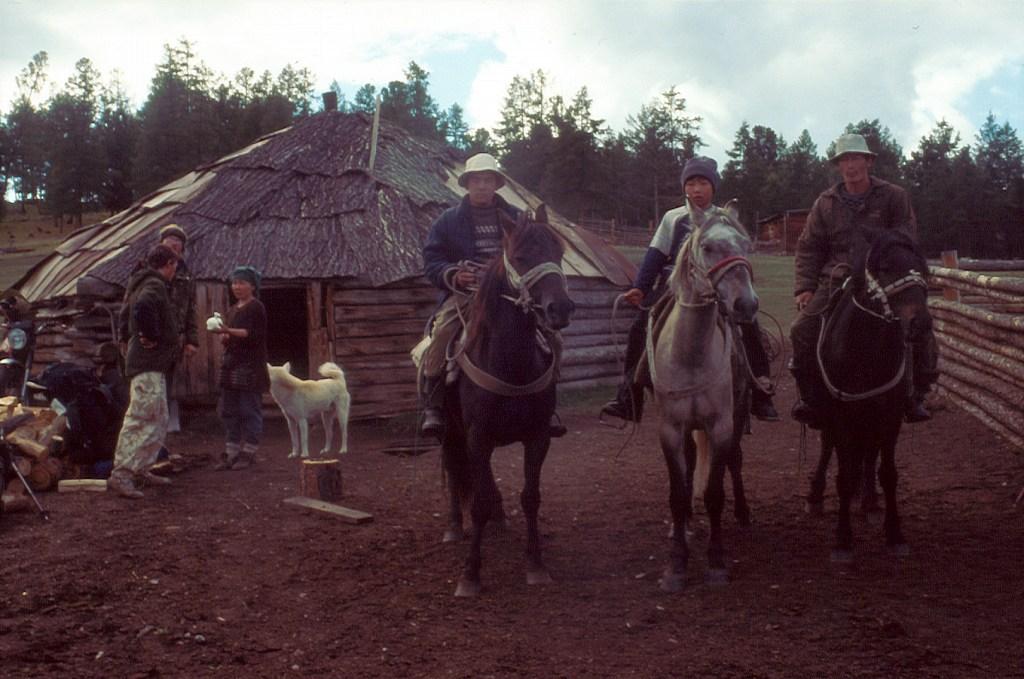 Ałtajczycy przd aułem (jurtą)