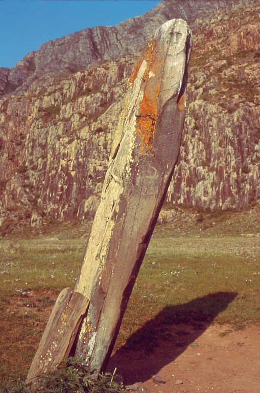 """Po drodze w dolinie Czuji oglądamy kamienne stele zwane niekiedy """"kamieniami jeleni"""". Ten """"kamienny wojownik"""" Adyr-Kan pochodzi z okresu scytyjskiego ok. VII w. p.n.e."""