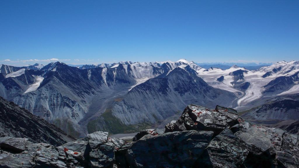 Widok na południowy-wschód, wzdłuż głównego grzbietu gór Południowoczujskich