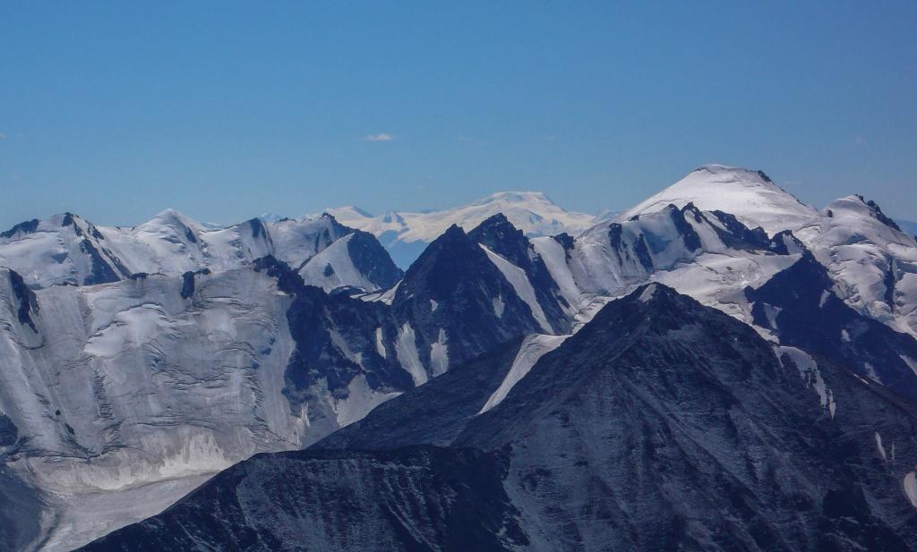 Z tyłu widać góry Tawan Bogd z najwyższym szczytem Chujten (Хүйтэн) (4374 m). Szczyt ten nazywany dawniej Nairamdal (Szczyt przyjaźni) jest najwyższym szczytem Mongolii, a same góry Tawan Bogd położone są na styku trzech granic Rosji, Mongolii i Chin