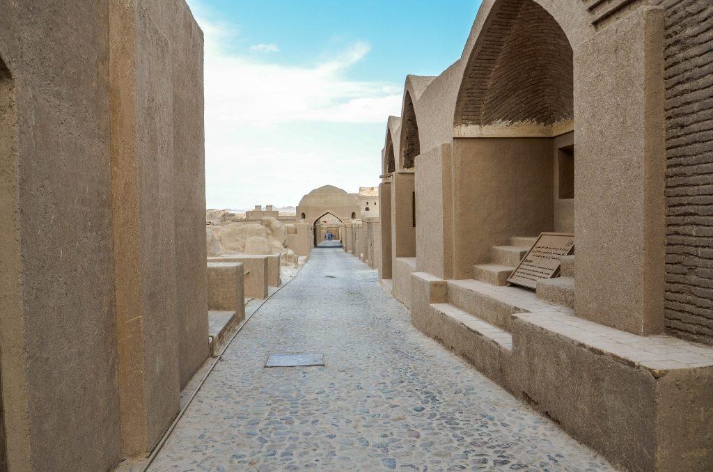 Cytadela w mieście Bam jest największą budowla wykonaną z suszonej na słońcu cegły (adobe). Mury wokół miasta mają prawie 2 km długości.
