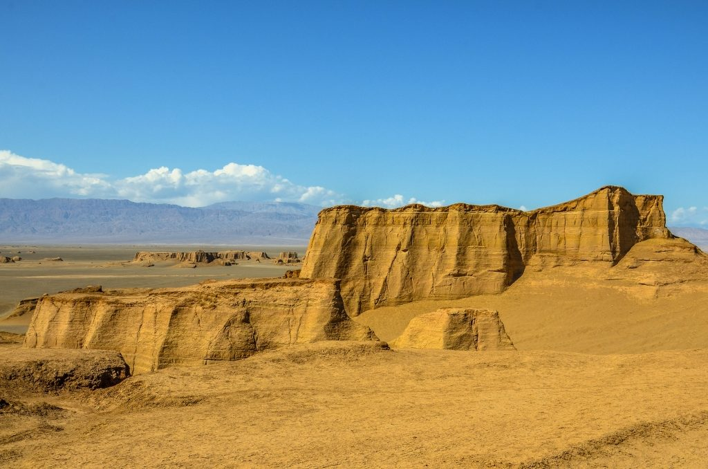 Kaluts Podłużną formę przybierają one pod wpływem erozji wiatrowej.