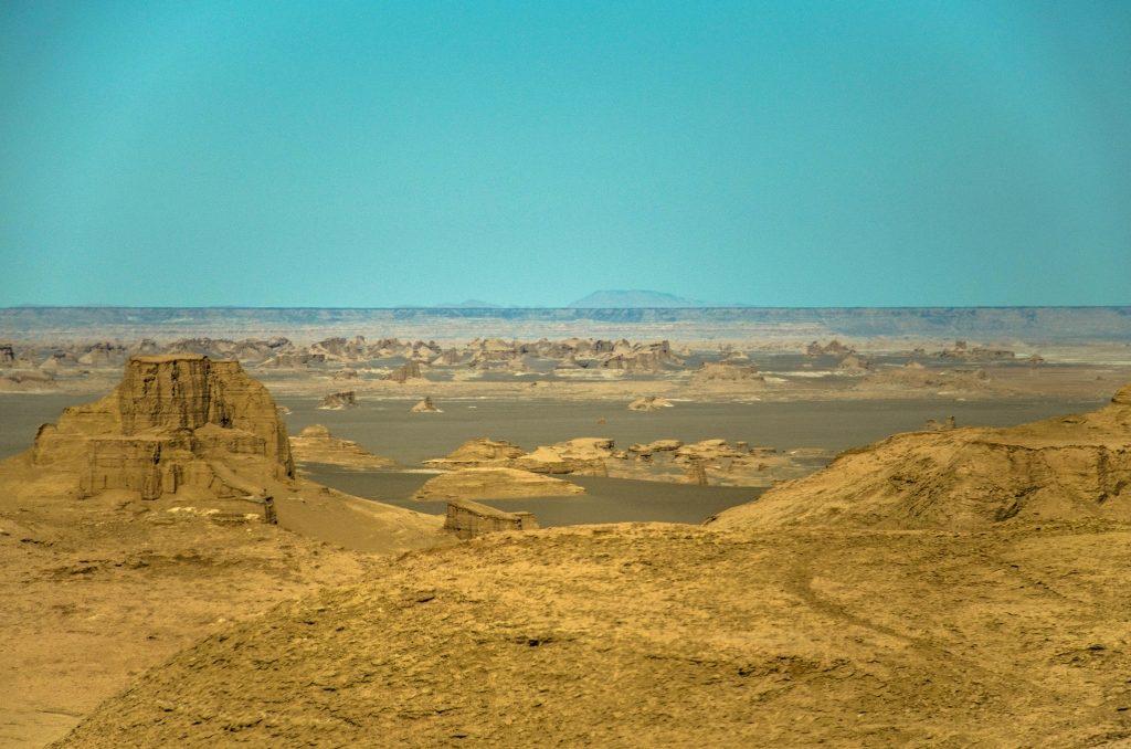 Ten płaskowyż nazywa się Gandom Beryan i jest miejscem, gdzie satelity zanotowały najwyższą temperaturę powierzchni ziemi 70,7 °C