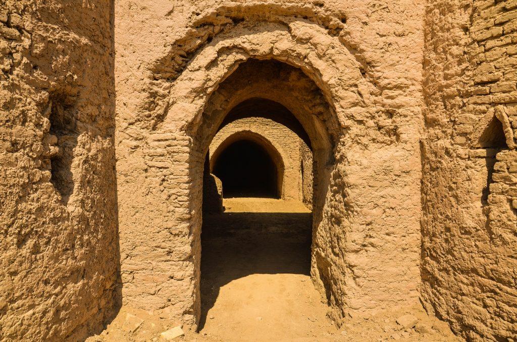 Karawanseraje były budowane na trasach karawanowych, odległość między nimi odpowiadała jednemu dniowi marszu karawany