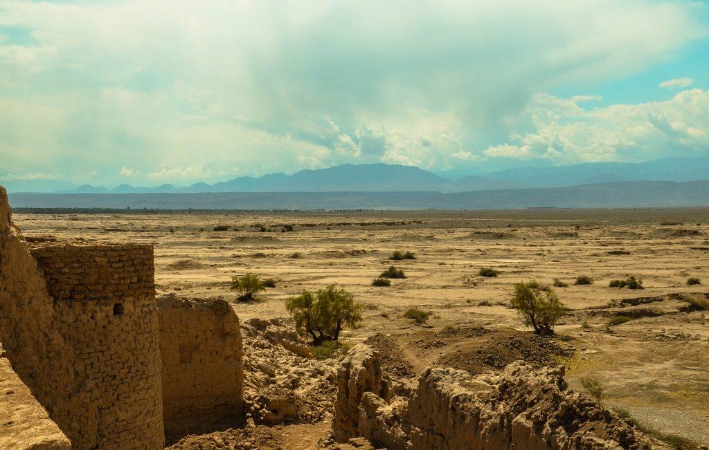Paręset metrów od budynku widzimy na powierzchni ziemi kopce układające się w równy rząd. Jest to ziemia wykopana przy budowie kanatu (karez), czyli podziemnego kanału nawadniającego. Woda doprowadzana jest z podnóża góry do miasteczka i na okoliczne pola. Sztuka budowania karezów wywodzi się ze starożytnej Persji i jest stosowana od co najmniej 2,5 tyś lat.
