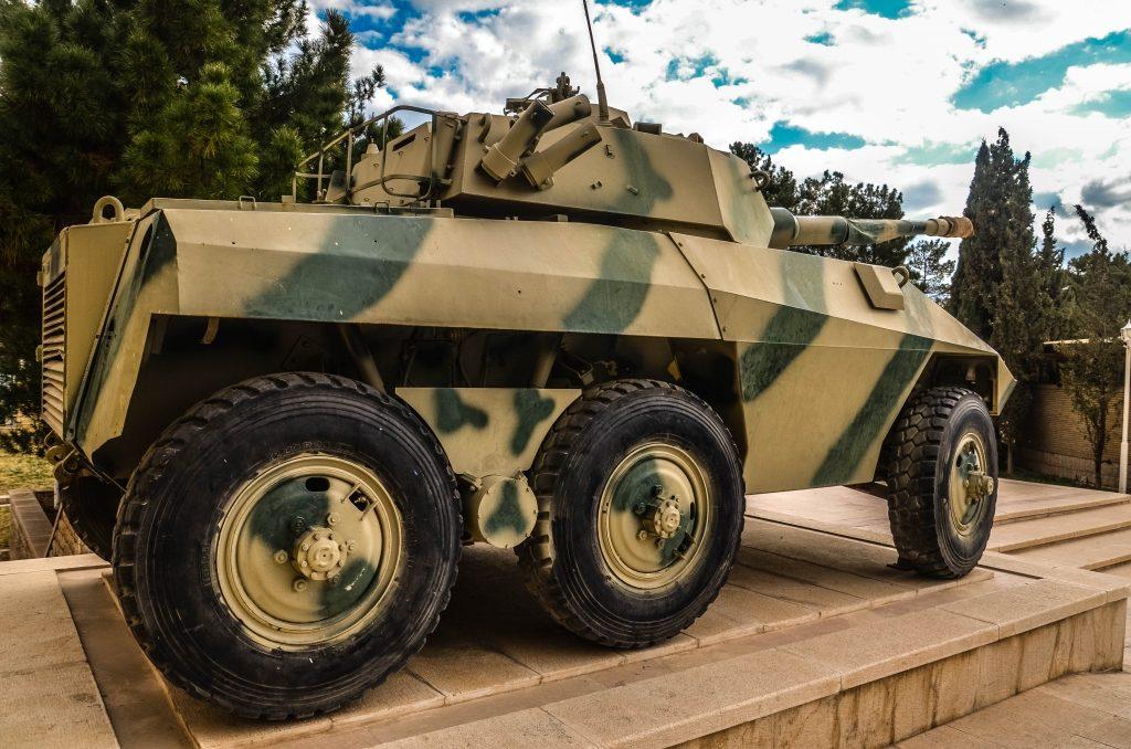 """Odwiedzamy też muzeum """"Świętej Obrony"""" czyli wojny Iracko – Irańskiej. Przed muzeum stoi zdobyczny iracki samochód pancerny produkcji brazylijskiej – EE-9 Cascavel."""