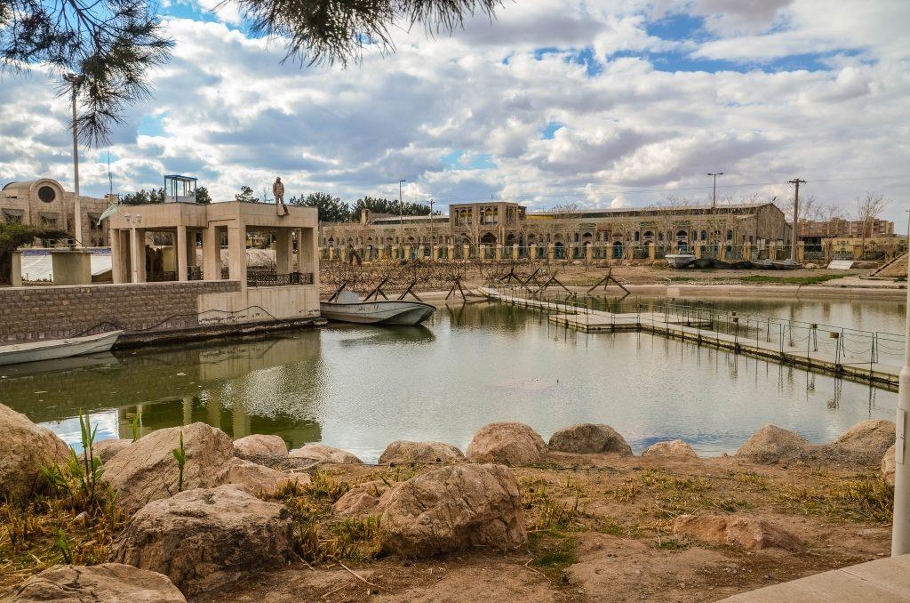 """Ponieważ duża część walk podczas wojny iracko-irańskiej przebiegała w bagnistych rejonach wokół ujścia rzeki Szatt al-Arab (czyli Tygrysu i Eufratu), w muzeum przedstawiono rekonstrukcję takiego """"rzecznego"""" pola bitwy"""