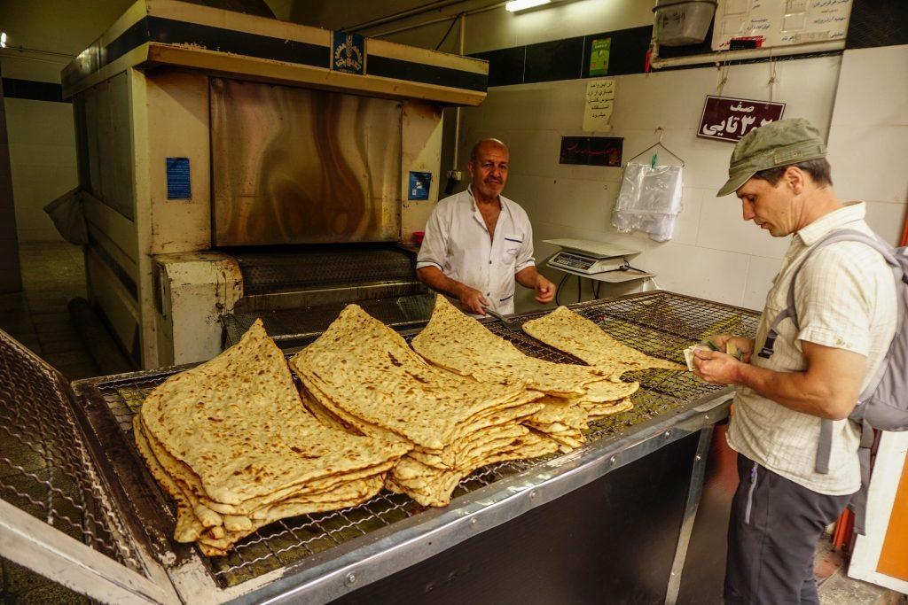 """W Iranie występuje wiele rodzajów pieczywa, chociaż chleba podobnego do naszego praktycznie nie ma. Na zdjęciu najbardziej """"ekskluzywny"""" chleb sangak, w wersji trochę oszukanej, powinien być pieczony na kamykach."""