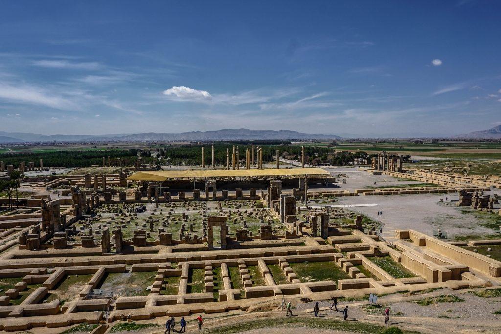 Chłopaki odwiedzają ruiny Persepolis – dawnej stolicy Persji. Miasto zostało założone w 518 r. p.n.e. przez Dariusza I, a zniszczone przez Aleksandra Wielkiego w roku 330 p.n.e.