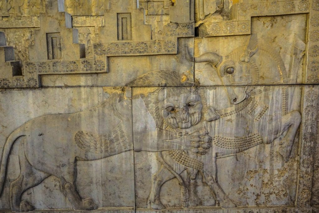 Byk (ziemia) walczący z lwem (słońce) symbolizować ma zoroastriański nowy rok Nowruz, obchodzony w Iranie do dzisiaj w dzień równonocy wiosennej