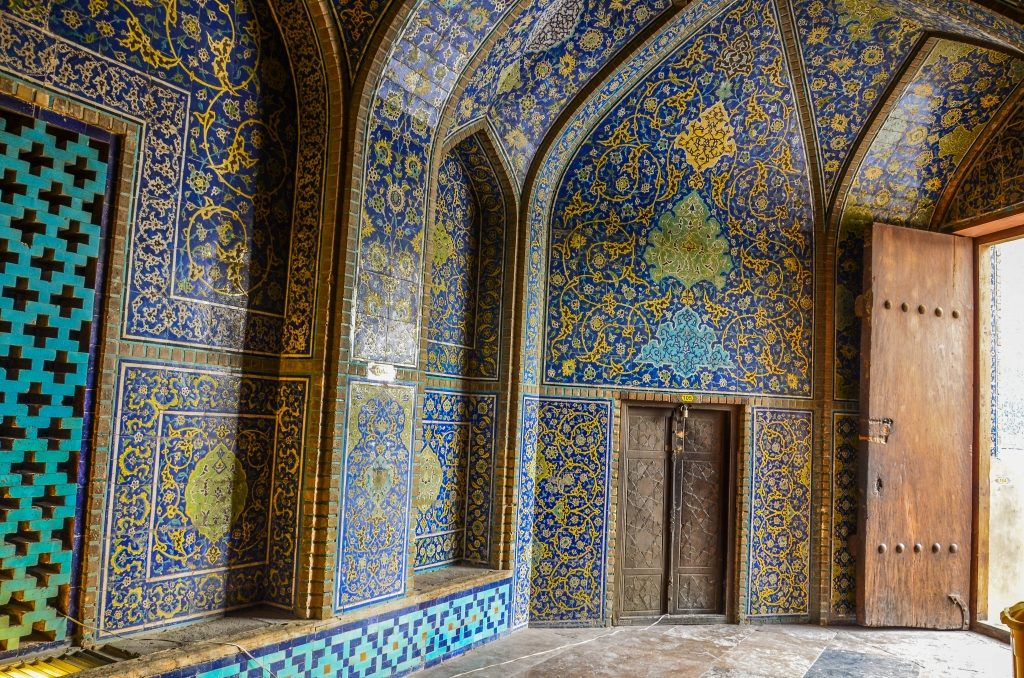 Zdobienia wewnątrz meczetu należą do najpiękniejszych w Iranie.