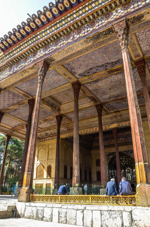 """Największym pałacem ogrodowym w Isfahanie jest Czehel Sotun (""""40 kolumn"""") wzniesiony przez Abbasa II w 1647 roku."""