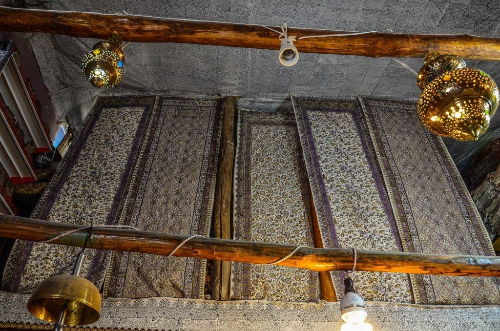 Na bazarze można zobaczyć i kupić tkaniny barwione tradycyjną techniką Ghalamkar (Kalamkari)
