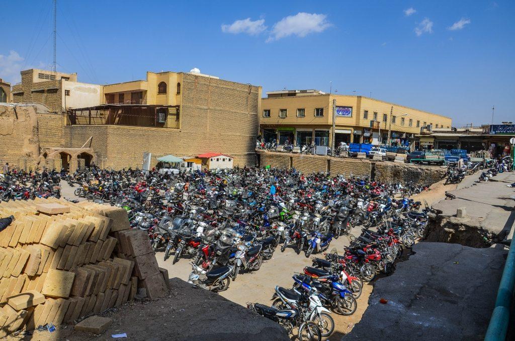 Parking dla mopedów. Podobno w Iranie obowiązuje limit pojemności silników motorów dla ludności cywilnej