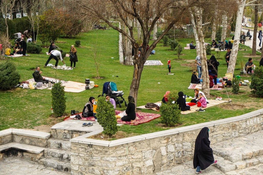 Irańczycy w dni wolne wypoczywają piknikując całymi rodzinami w parkach.