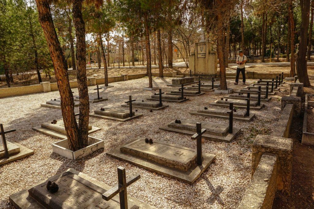 Polska Kwatera na cmentarzu Ormiańskim. Leżą tu głównie Polacy, którzy w trakcie II wojny światowej trafili tu z armią Andersa. W Isfahanie przebywało wówczas około 20 tyś. polskich dzieci. (fot K.P.)